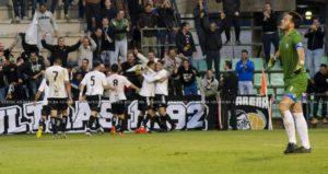 Jugadores del Mérida celebrando el gol ante el Recreativo de Huelva.