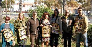 Las autoridades junto a algunas de las mujeres y los dos colaboradores que han participado en este proyecto