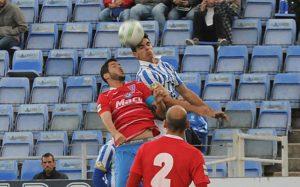 Javi Cantero peleando por un balón.