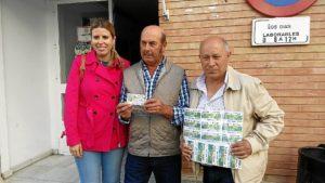 Vendedor con otro premiado y directora ONCE La Palma del Condado