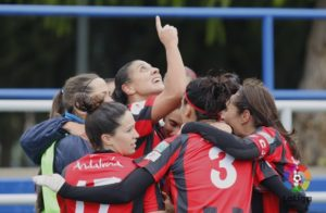 Jugadoras del Sporting celebrando el gol.
