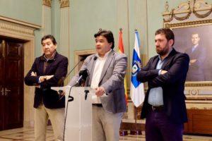 Gabriel Cruz, Manolo Zambrano y Jesús Pulido, alcalde de Huelva, presidente y portavoz del Recreativo de Huelva.