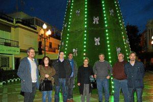 El Arbol de navidad que preside la Plaza inaugurado por la Alcaldesa y el Primer Teniente de Alcalde junto al resto de ediles.jpg