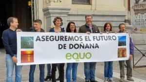 Miembros y diputados de EQUO ante el Ministerio de Medio Ambiente.