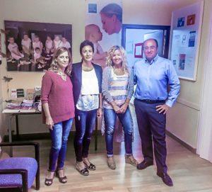 Marcos Martín junto a Nuria Orta y responsables de Asprodesordos durante una visita a la asociación.