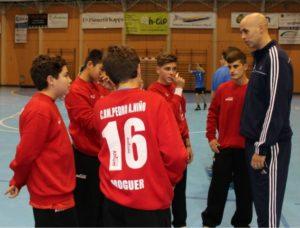 José Manuel Sierra, con jugadores de la cantera del PAN Moguer.