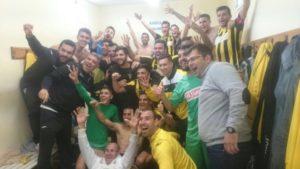 Jugadores del San Roque de Lepe celebrando la victoria.