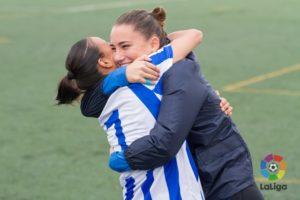 Sara Serrat abraza a Anita, autora de un gol.