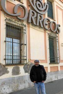 Pedro Jimenez ante la fachada del edificio de Correos, donde estaban los leones de bronce retirados.