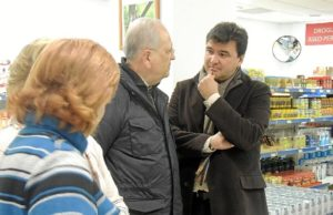 Visita de alcalde de Huelva al economato Resurgir