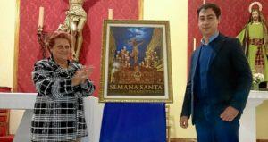 La alcaldesa junto al autor del cartel anunciador de la Semana Santa de Isla Cristina