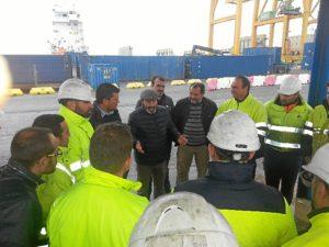 Pedro Jimenez (IU) con estibadores en el Puerto de Huelva 01