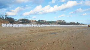 Sacos en la playa de Isla Canela en Ayamonte (1)