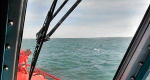 rescatan a padre y a hijo tras hundimiento del barco (2)
