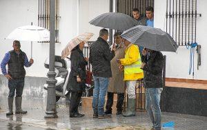 Alcalde visita vecinos afectados por las inundaciones en Huelva (2)