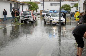 Alcalde visita vecinos afectados por las inundaciones en Huelva (3)