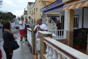 Alcaldesa de Punta conversa con un vecino afectado por las lluvias.