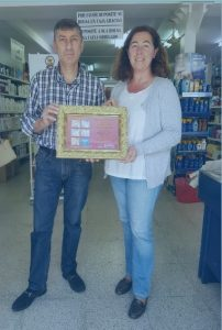 Entrega del premio al ganador del escaparate de Semana Santa en Ayamonte