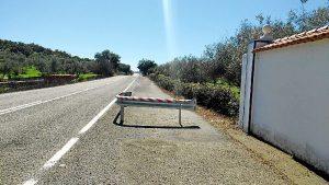 Tramo cortado carretera A-484 a la salida de Cala