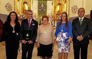 La Alcaldesa junto a una de las Hermanas Mayores, el presidente d ela Hermandad, el preginero y su esposa