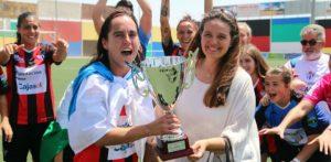 Jenny Benítez recogiendo el título de campeonas de Andalucía.