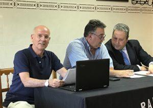Enrique Escalante, a la derecha y Juan Manuel Rodríguez, en el centro, presidente entrante y saliente del CDB Enrique Benítez.