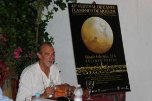 Pepe Camacho junto al cartel.