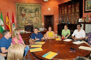 Alcalde con algunos de los empresarios acogidos al programa de becas