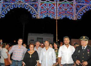 Alcaldesa y concejales bajo la partada iluminada