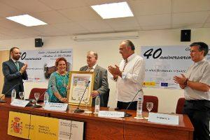 Antonia Grao le entrega un pergamino recordatorio al homenajeado