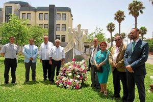 Grao junto a Lozano y resto de autoridades frente al Monumento al Marinero