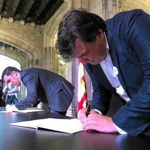 Alcalde de Huelva firma en el libro de condolencias