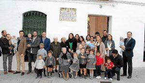 Familiares de Pedro Alonso Morgado con el alcalde