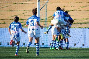 Jugadoras del Cajasol Sporting celebrando el gol.