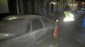 Vehículo que ardió en la zona centro, sin llegar a afectar a otros coches estacionados en la zona.