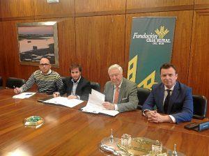 180223. Momento de la firma entre los presidentes de Fundación Caja Rural del Sur y AJE