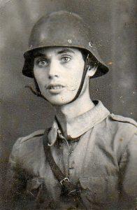 Román González con el uniforme militar.