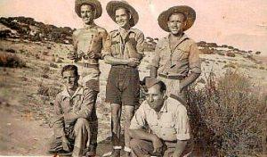 Román, en el centro de la foto, junto a varios compañeros en Mazagón.