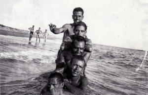 Román, segundo por arriba, disfrutando de los encantos de la playa de Mazagón. Al fondo, dos compañeros posan desnudos. Si Franco se hubiera enterado…