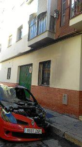 Estado en el que ha quedado el coche incendiado en la calle Mulhacén (Foto: M. Escudero)
