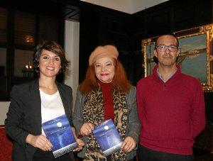 La autora con las autoridades, muestra su novela