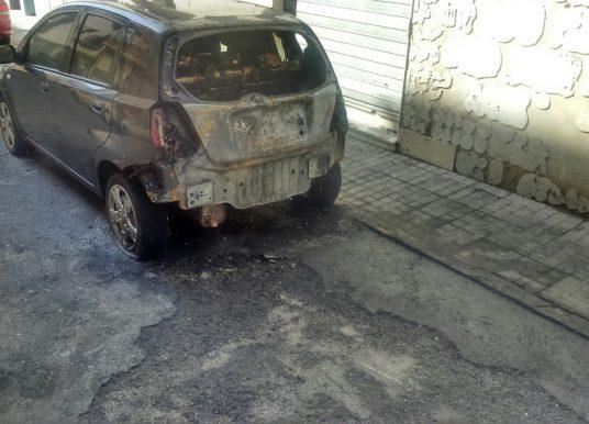 Cuatro coches y dos fachadas, afectados por un incendio de contenedores en la capital