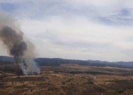 Bomberos y medios aéreos luchan contra un incendio en Cortegana