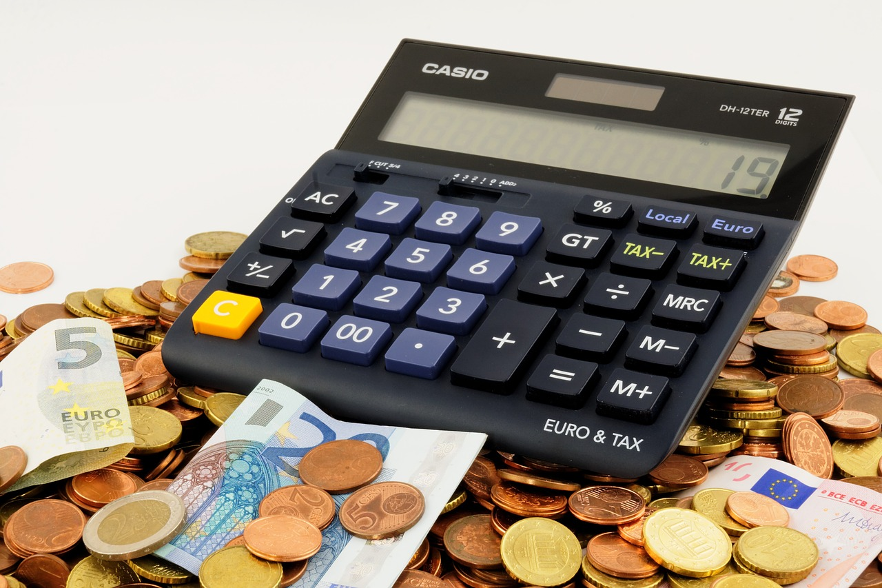 calculadora y baknotes de préstamo y monedas