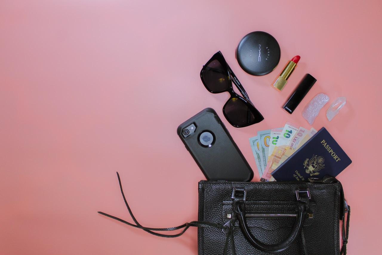 bolso con gafas - telefóno - euros - lápis labial